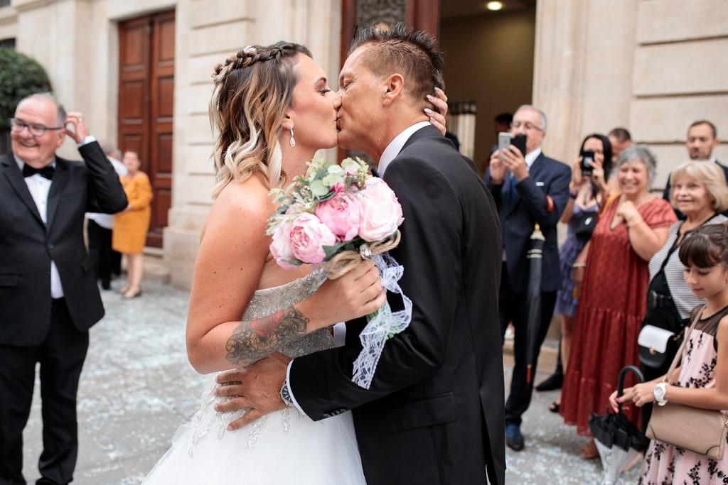rencontre des mariés qui s'embrassent