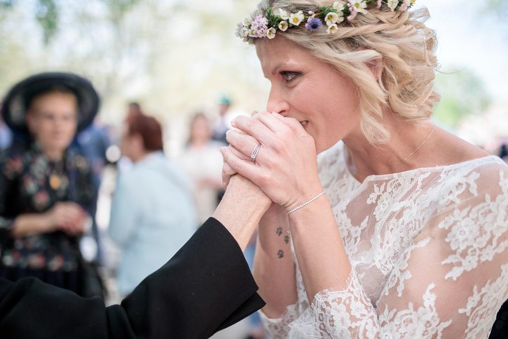 mariée embrasse la main de sa grand mère
