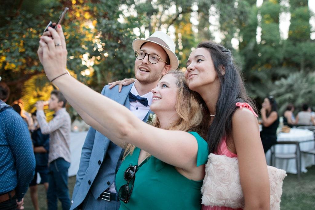 le marié fait un selfie avec ses amies