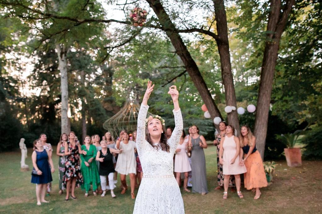 la mariée lance son bouquet de fleurs