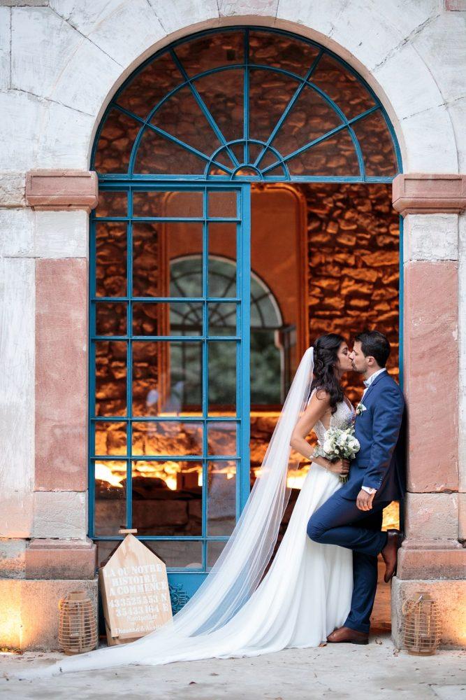 les mariés s'embrassent durant leur séance couple