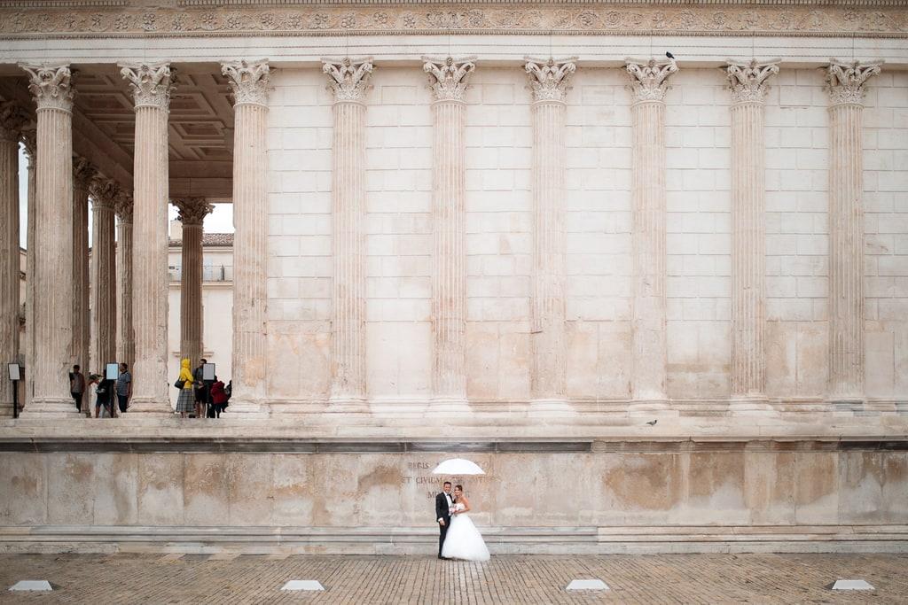 mariés pose devant la maison carré à nimes