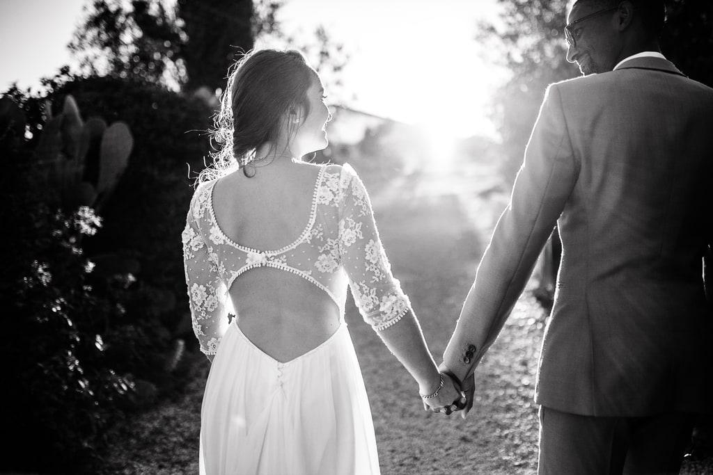 mariés marche main dans la main