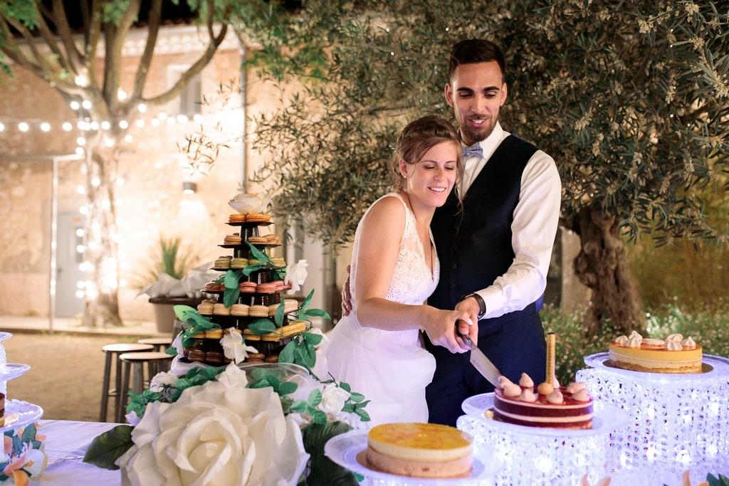 les mariés coupent leur gâteau
