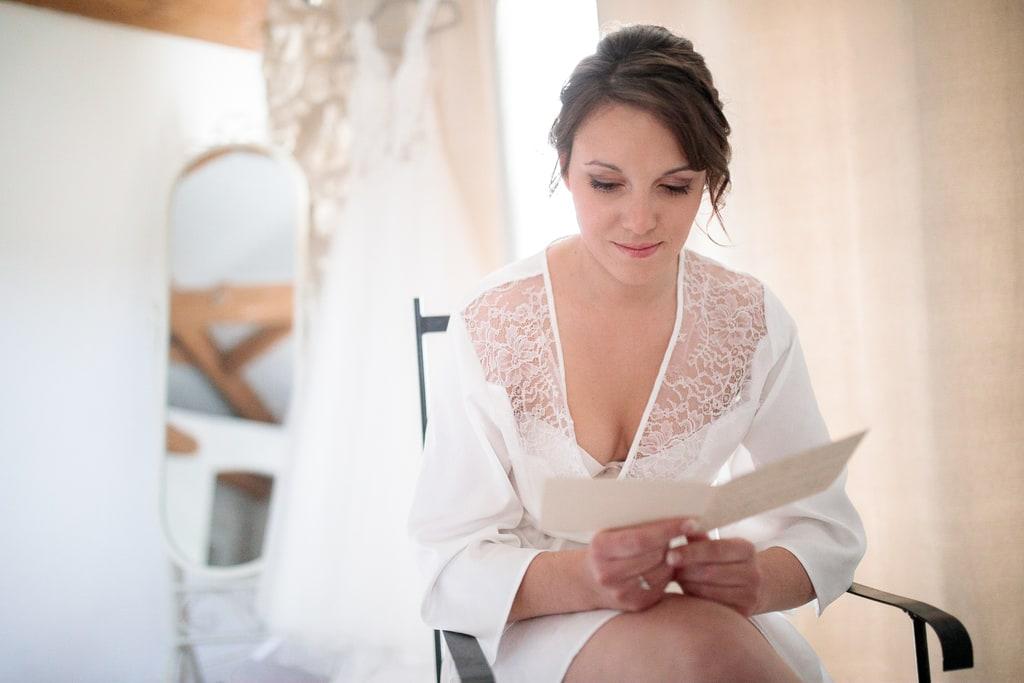 la mariée lit une lettre