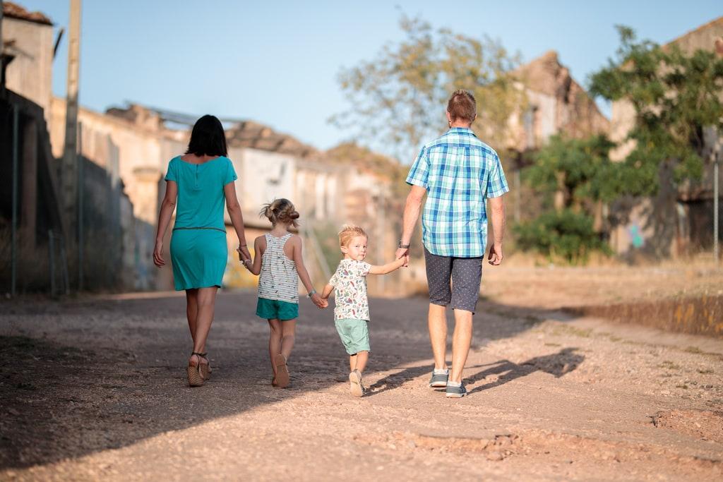 famille qui marche en se tenant la main