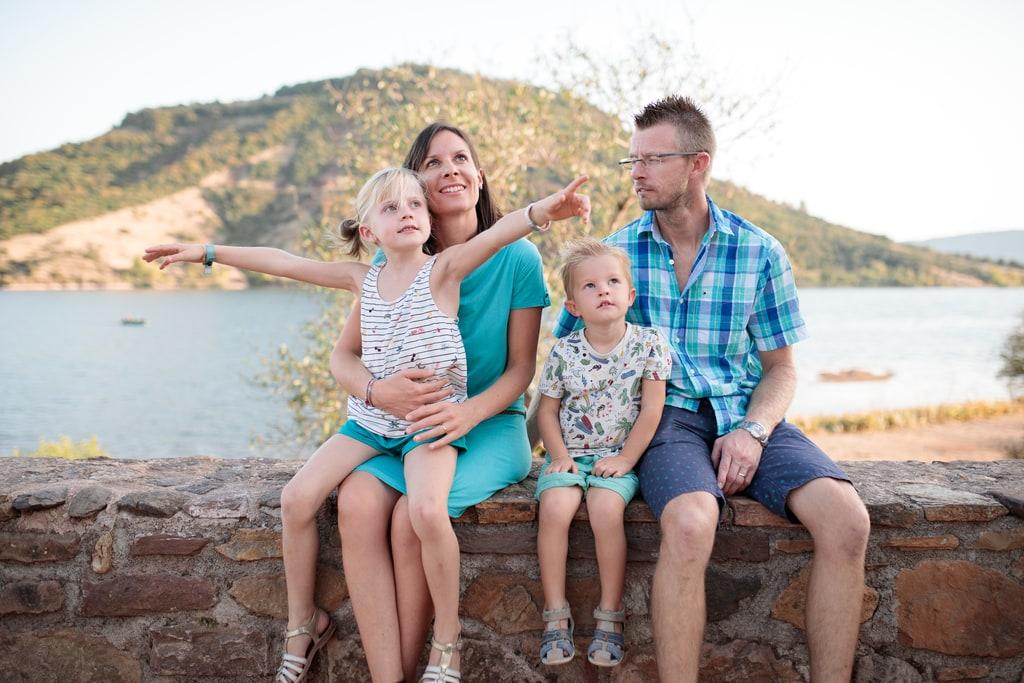 famille assise sur un petit mur