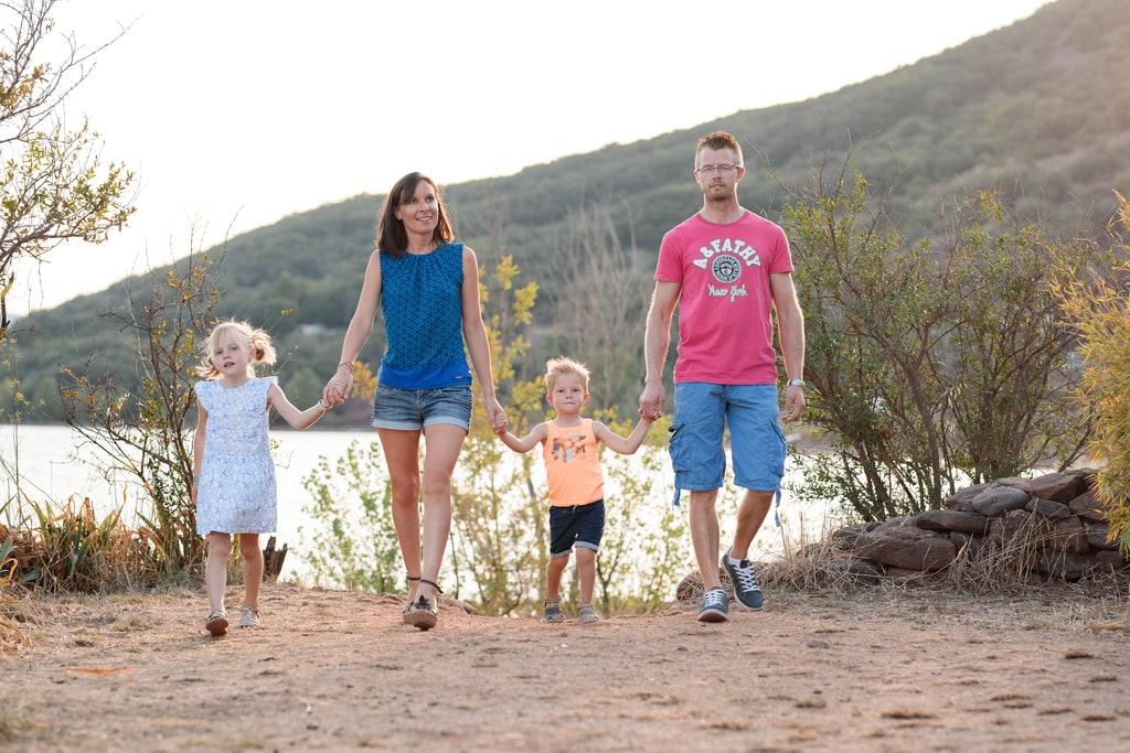 famille qui marche main dans la main