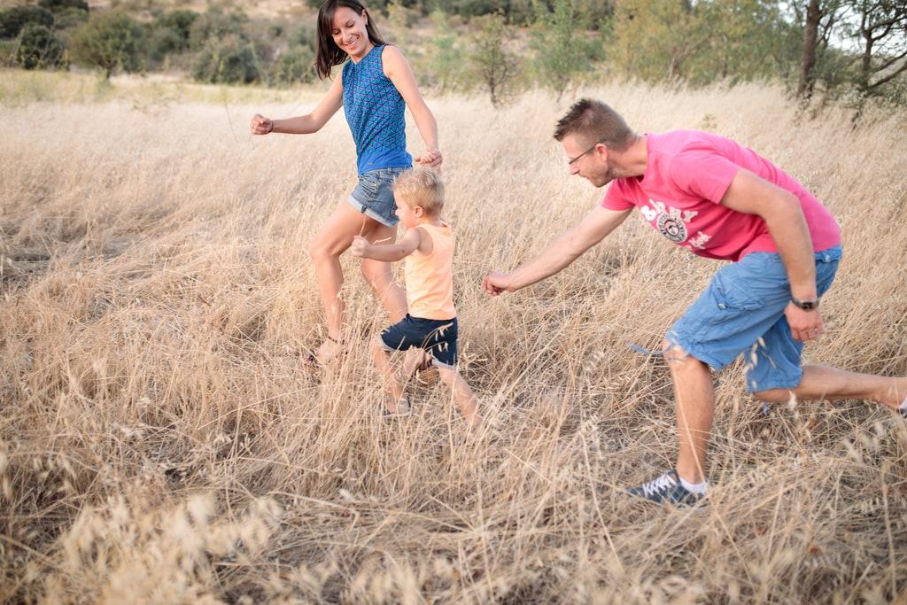 famille qui joue dans les hautes herbes
