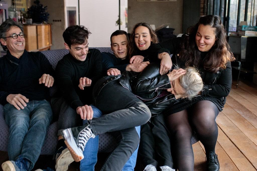 les enfants de la famille s'amusent à chatouiller leur maman
