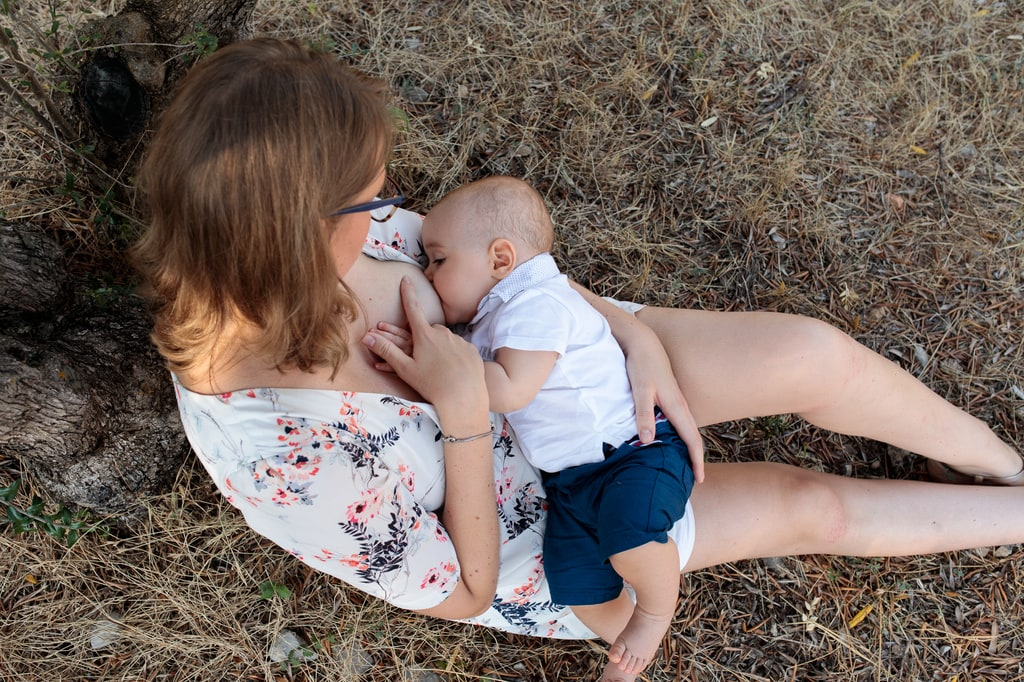 maman qui donne le sein à son bébé
