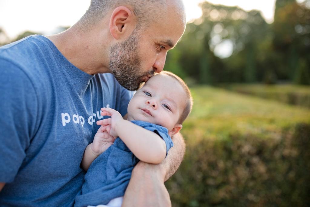 papa qui embrasse son bébé
