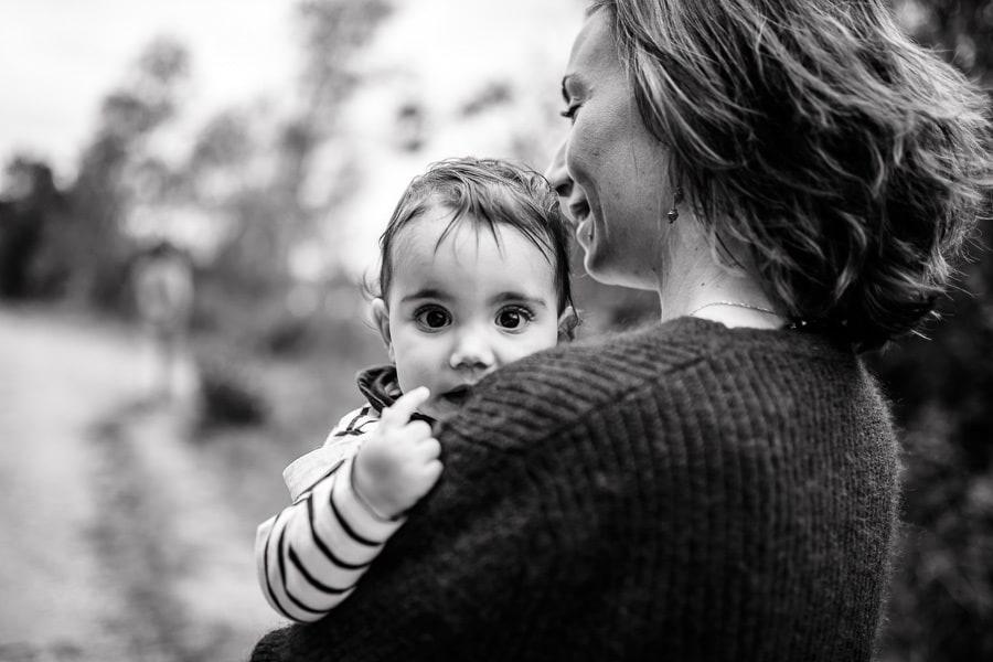 maman et petite fille qui marche
