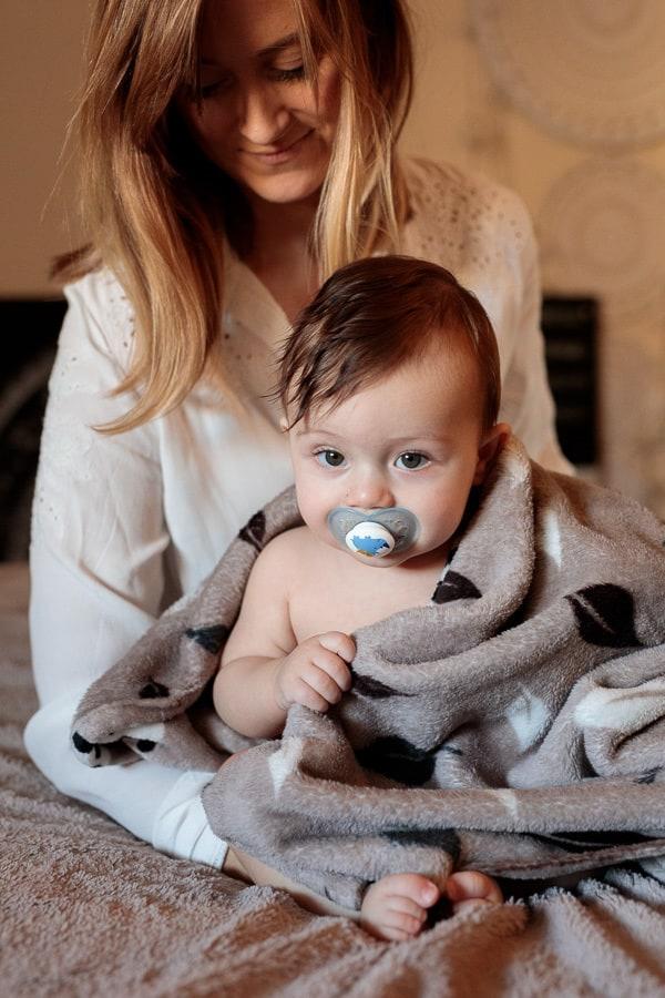 bébé sur le lit avec sa maman