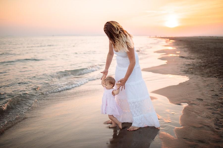maman et sa petite fille sur la plage