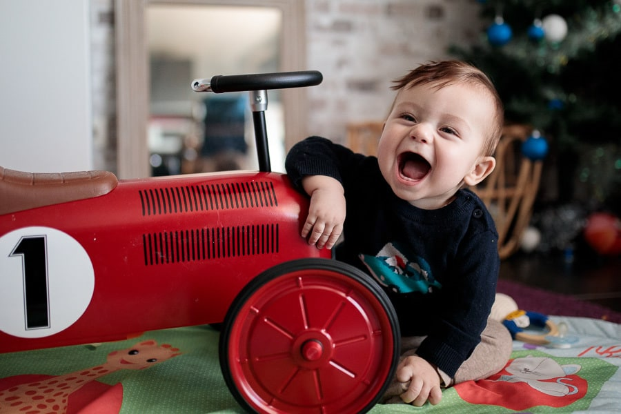 petit garçon qui rigole
