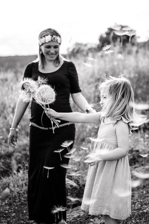 petite fille qui joue avec une fleur