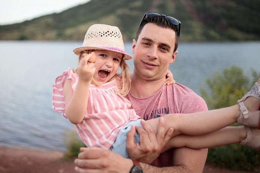 papa qui porte sa fille dans les bras