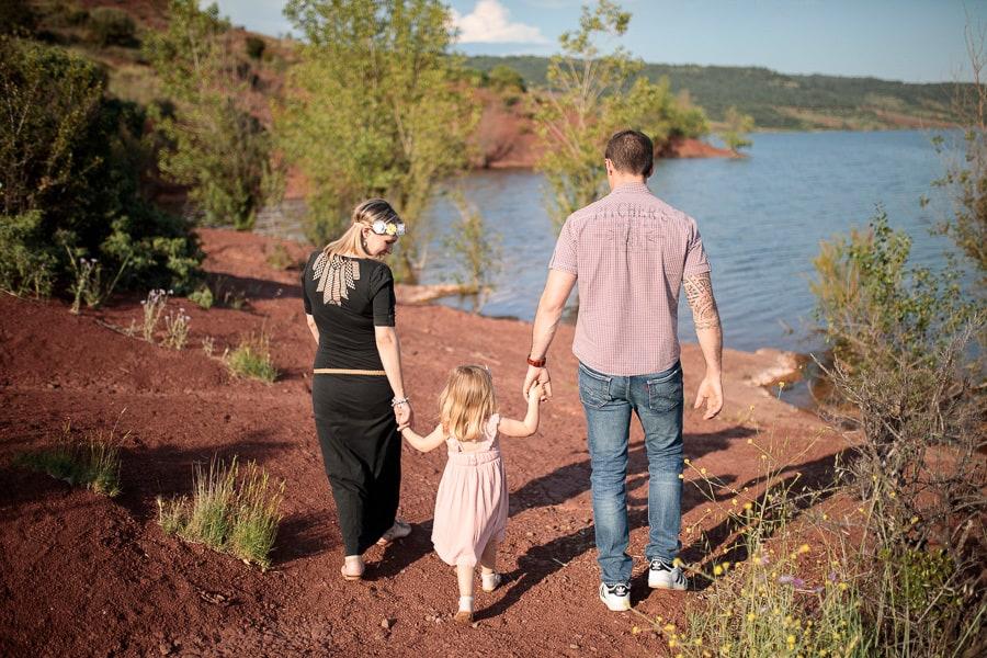 famille se promène au bord de l'eau