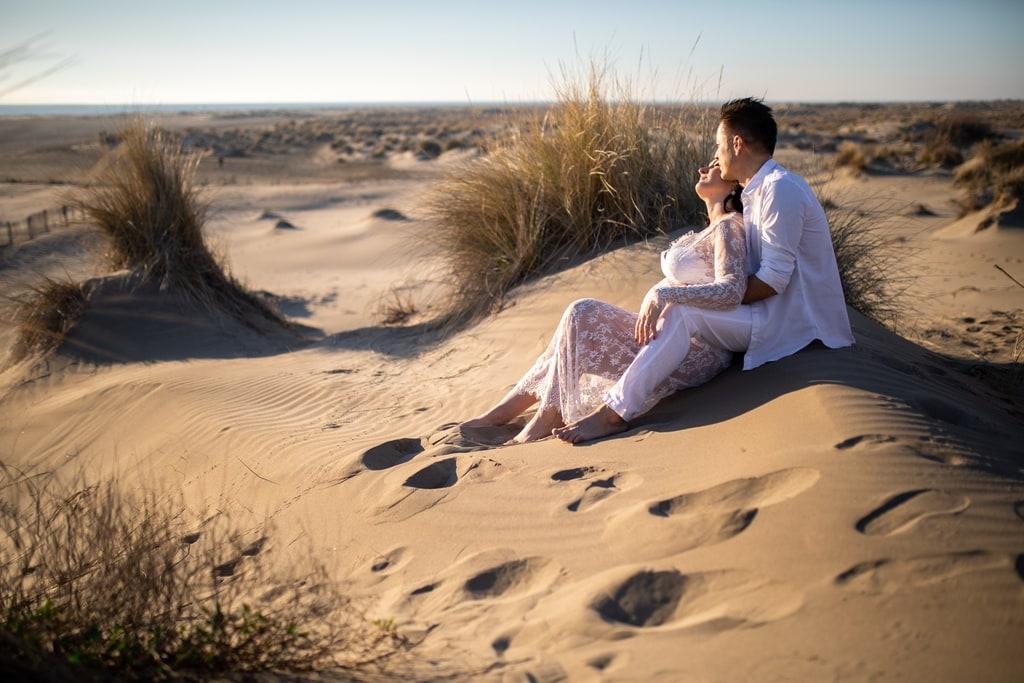 couple assis sur la plage
