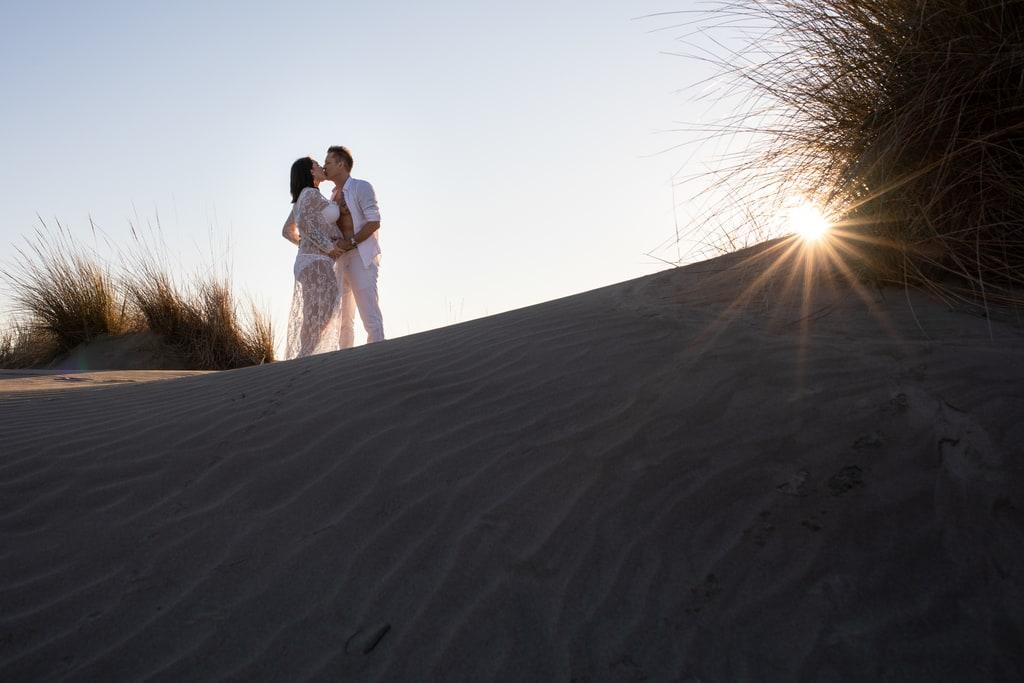 couple qui s'embrasse au coucher du soleil