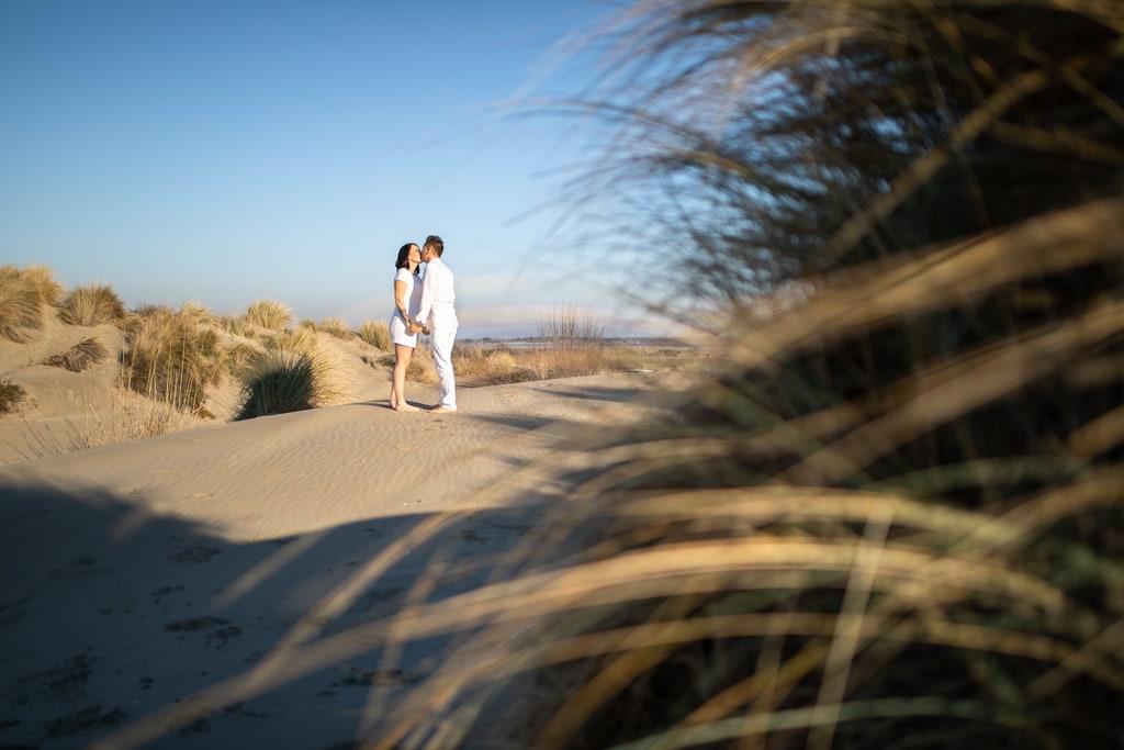amoureux qui s'embrassent sur la plage