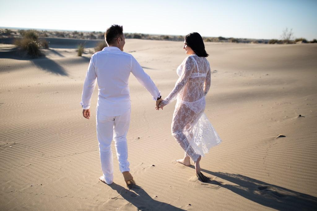 couple amoureux qui marche main dans la main