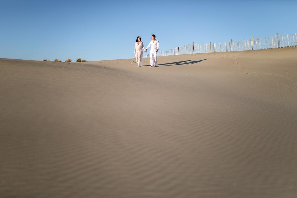 couple qui marche dans les dunes de sable