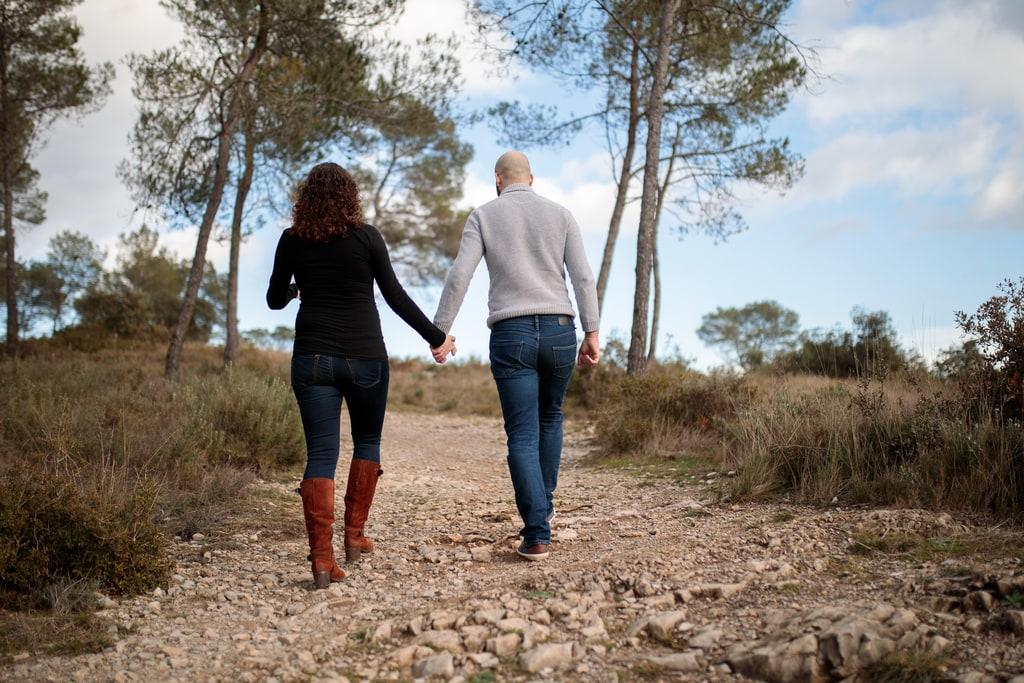 couple qui marche en se tenant la main