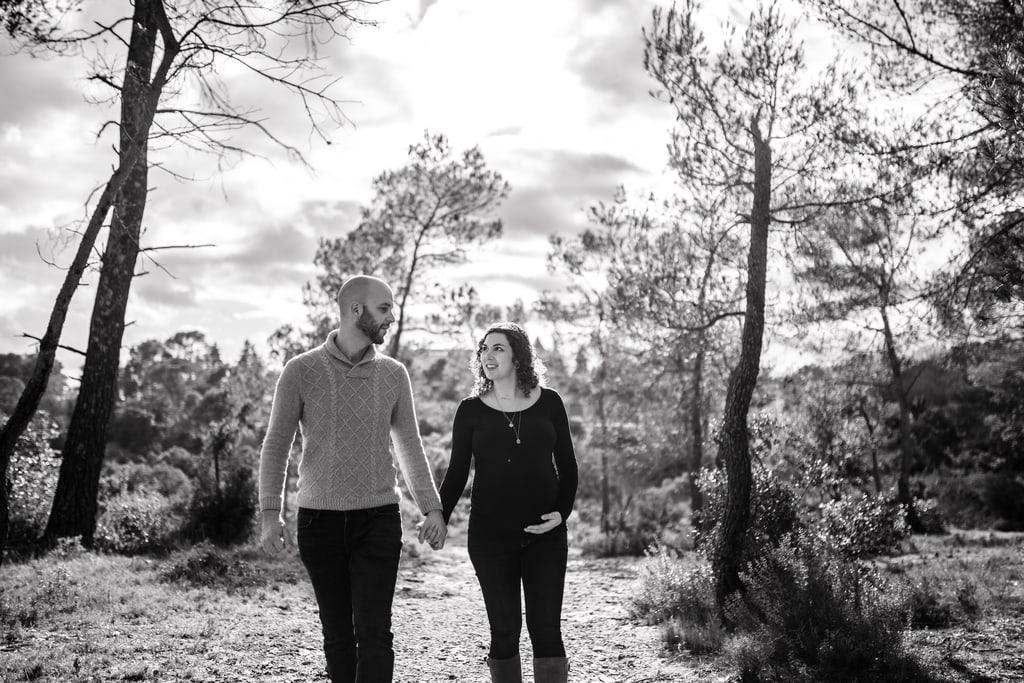 couple qui marche main dans la main