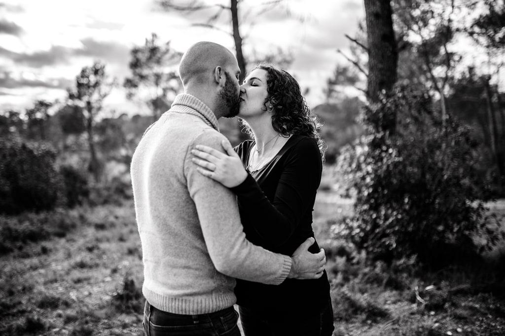 couple amoureux qui s'embrassent