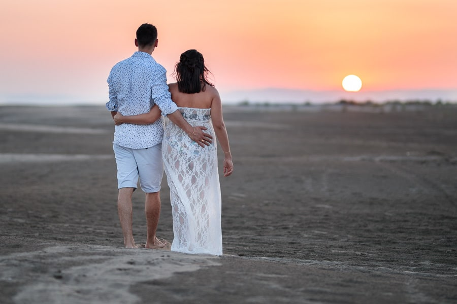 couple d'amoureux sur la plage au coucher du soleil