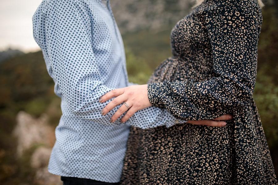 amoureux qui se tiennent dans les bras