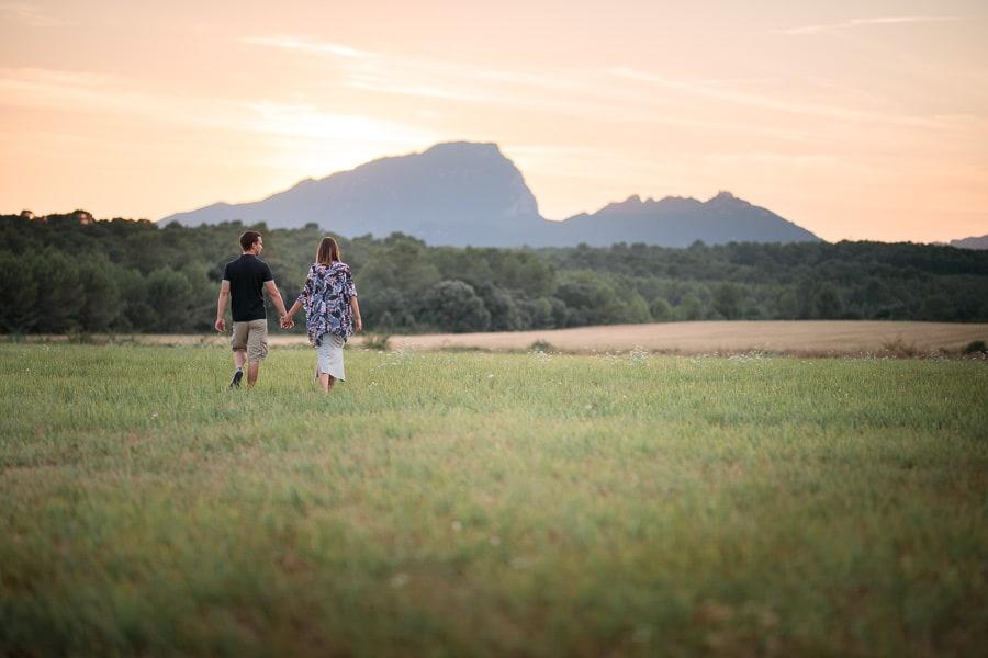 amoureux qui marchent dans un champ au pied du pic saint loup