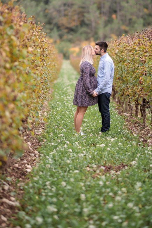 couple qui s'embrasse dans les vignes