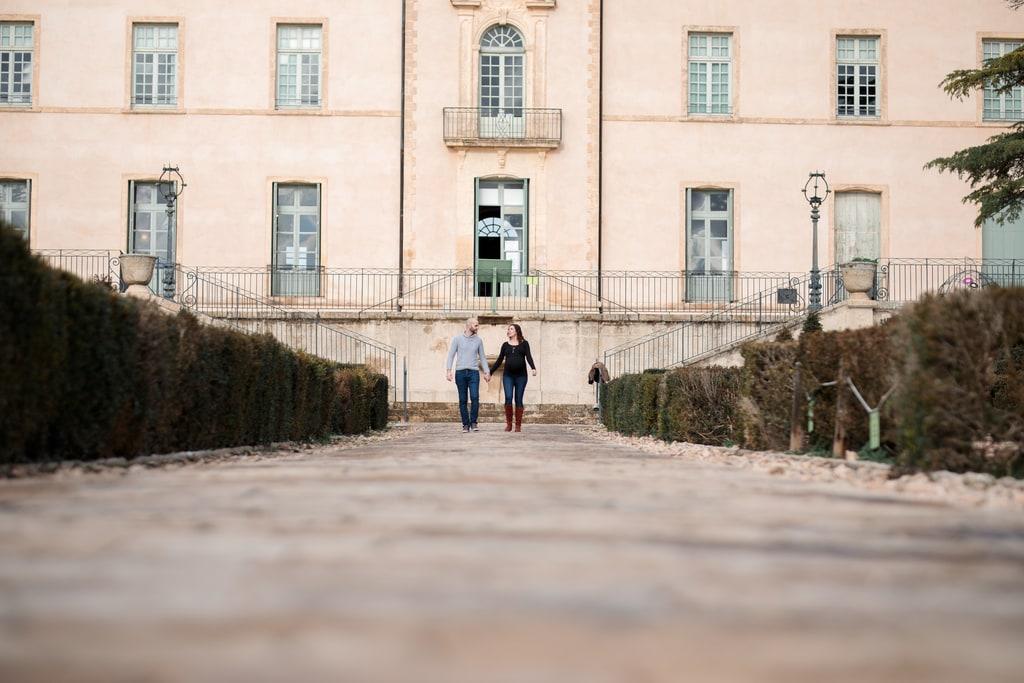 couple qui marche dans une allée