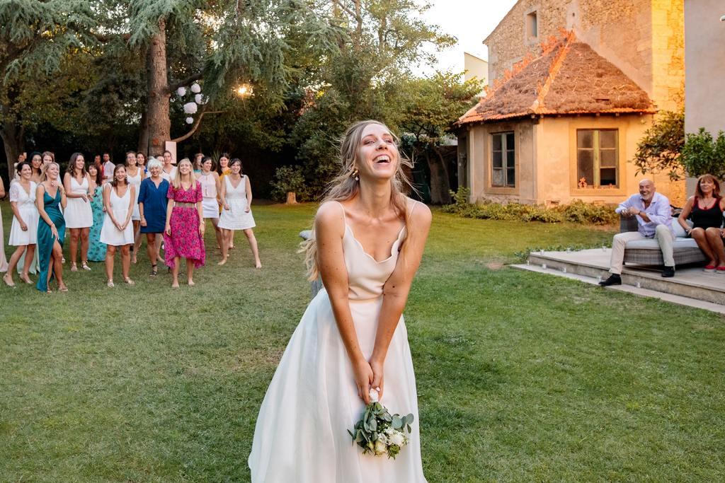 la mariée s'apprête à lancer son bouquet