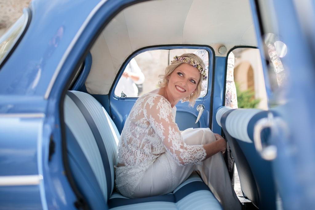 la mariée attend dans la voiture