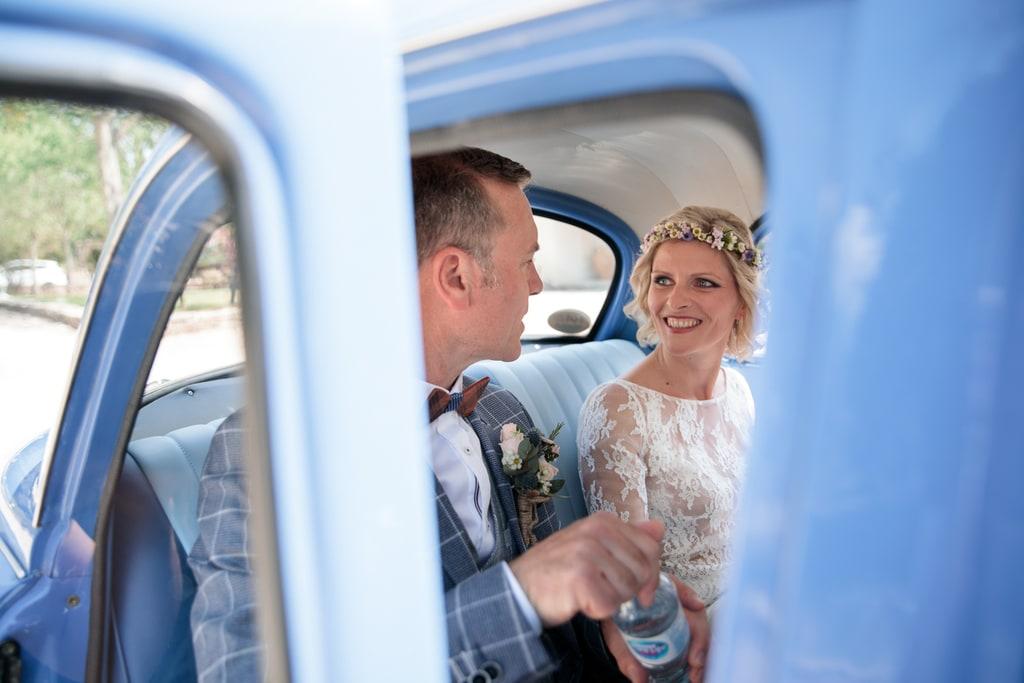 les mariés assis dans la voiture