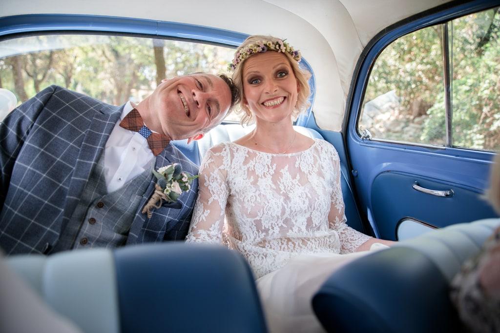 mariés assis dans la voiture