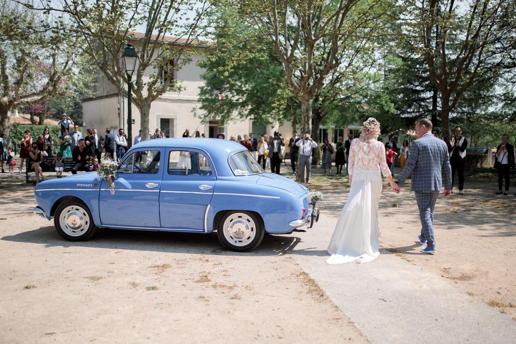les mariés arrivent à la mairie