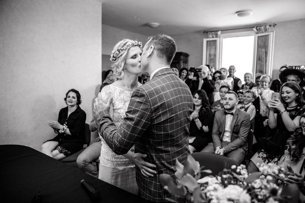 les mariés s'embrassent à la mairie