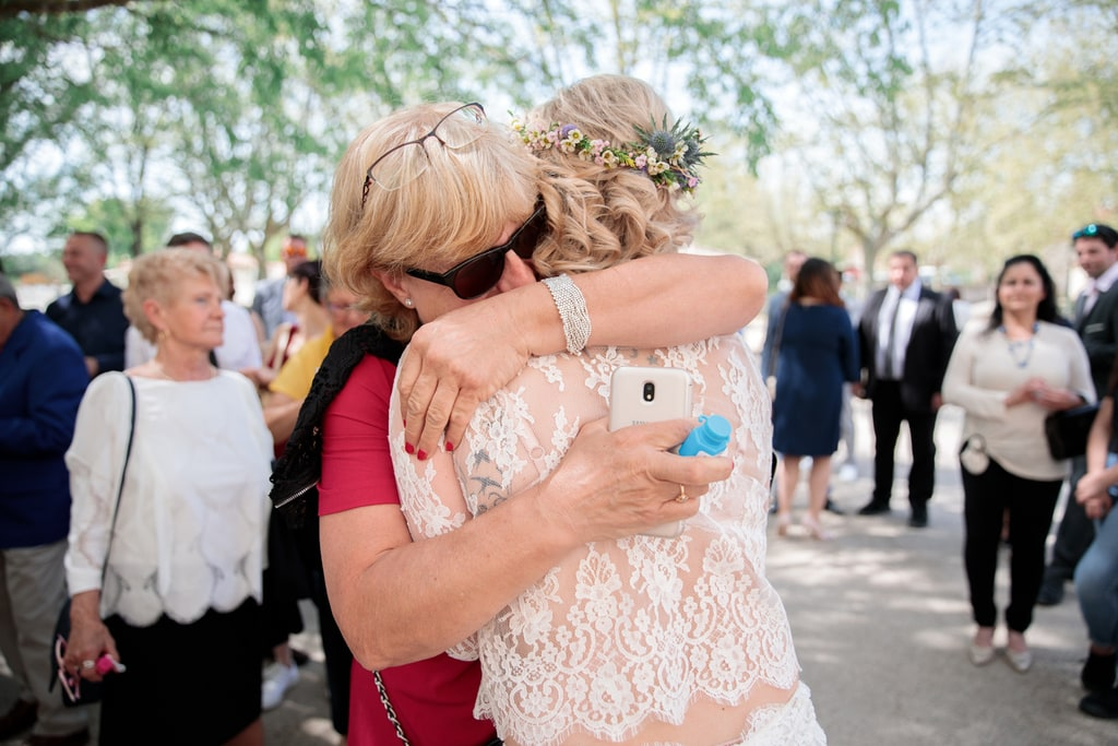 la mariée dans les bras de sa maman