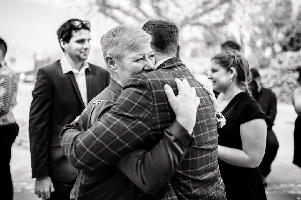 le marié dans les bras de sa maman