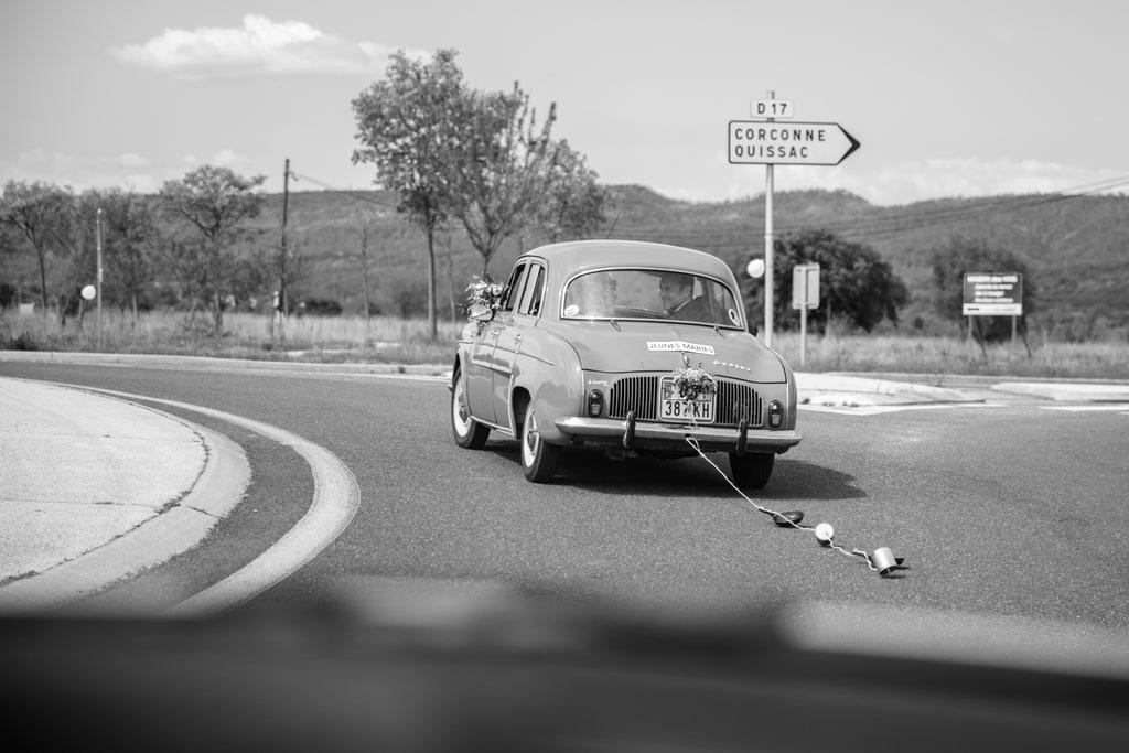 en voiture sur la route du lieu de réception