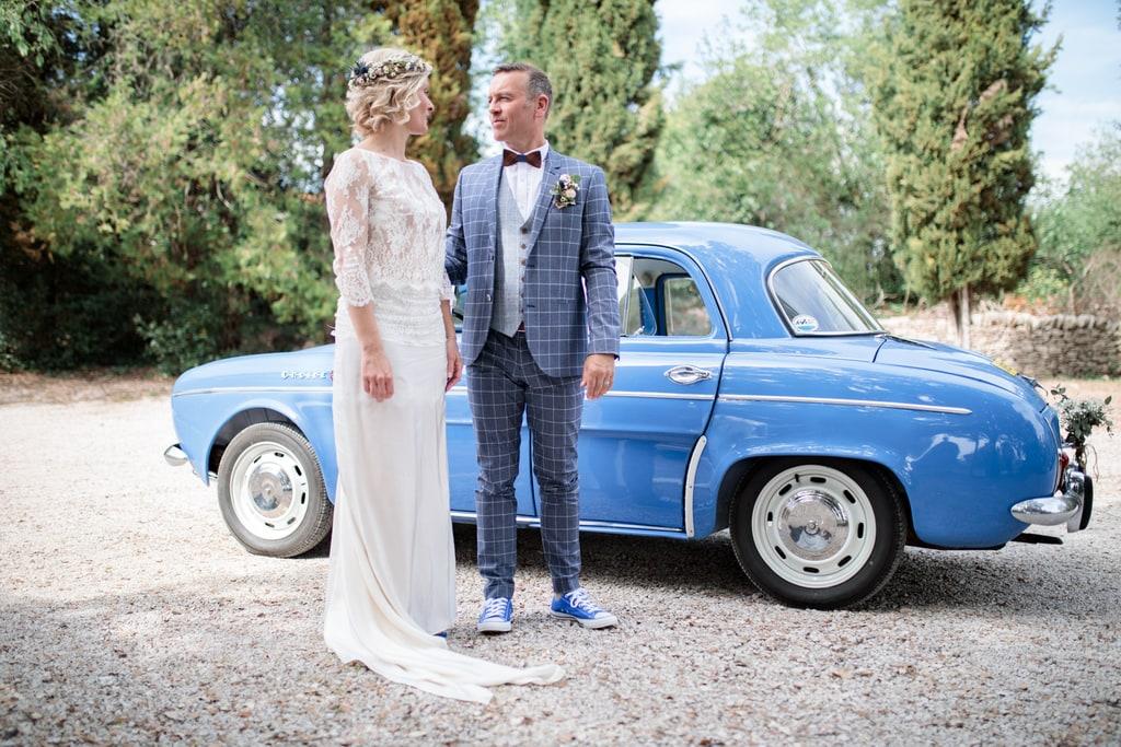 les marié attendent devant leur voiture