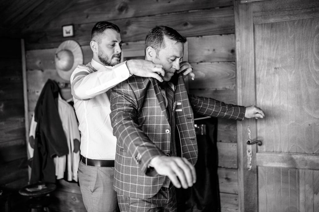 le marié enfile sa veste