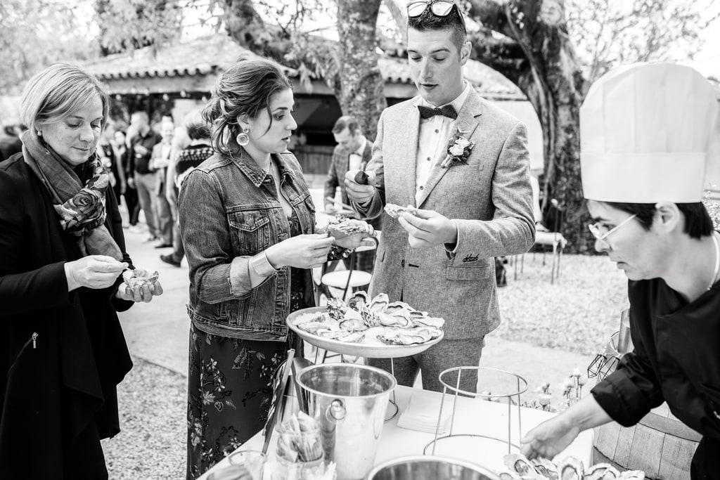 invités qui mangent au vin d'honneur