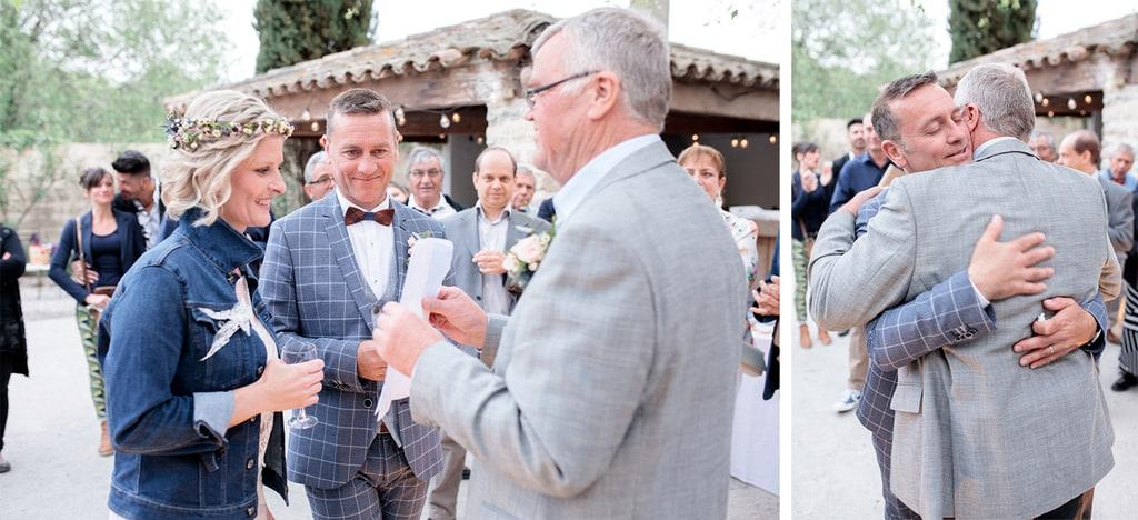 le marié enlace son papa
