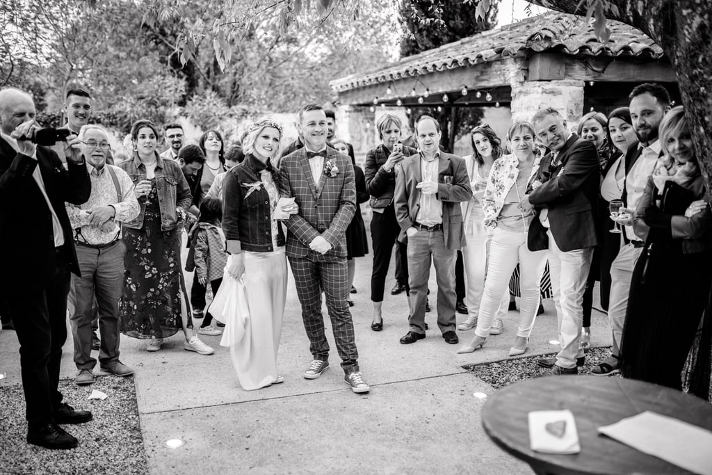les mariés écoutent le discours